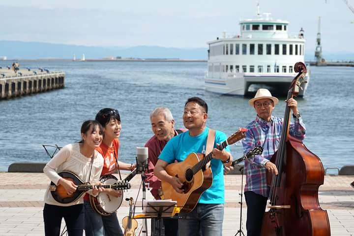 ジャカジャカブルーグラス2018 神戸の港をバックに演奏するKSK